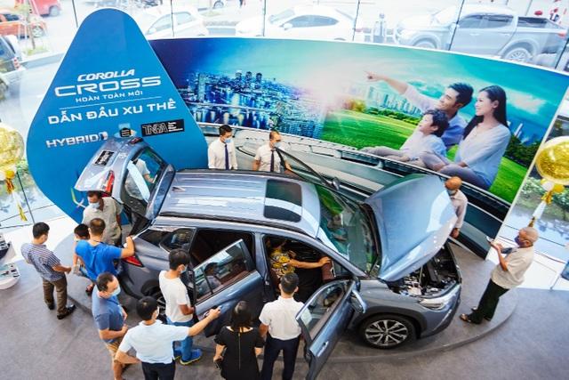 Toyota Corolla Cross bắt đầu về đại lý, khách nườm nượp xem và đặt cọc - 5