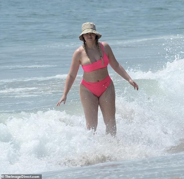 Siêu mẫu ngoại cỡ mặc áo tắm đưa con ra biển - 1