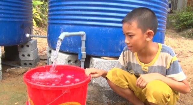 Lập điểm cấp nước sạch miễn phí cho người dân vùng hạn hán, xâm nhập mặn - 5