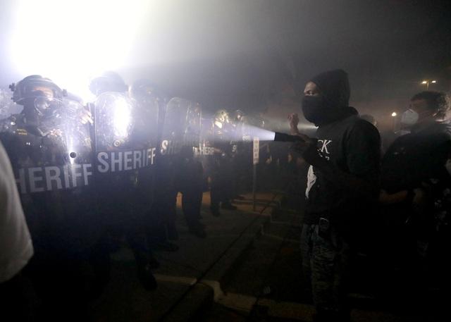 Mỹ rúng động vụ người da màu bị cảnh sát bắn trước mặt 3 con - 2