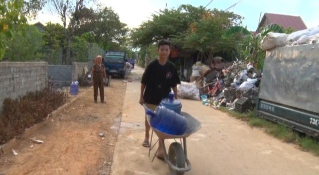 Lập điểm cấp nước sạch miễn phí cho người dân vùng hạn hán, xâm nhập mặn - 3