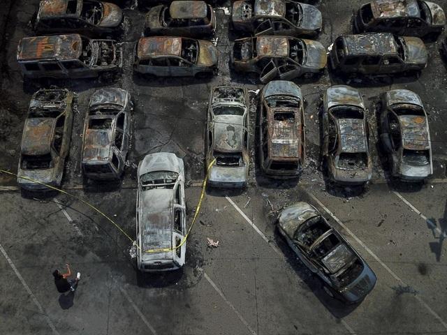 Mỹ: Hơn 100 xe ô tô bị lửa thiêu rụi do người biểu tình đốt phá - 7