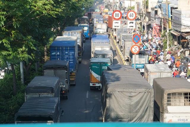 3 xe dồn toa trên quốc lộ, cửa ngõ Sài Gòn ùn tắc hơn 5km - 3