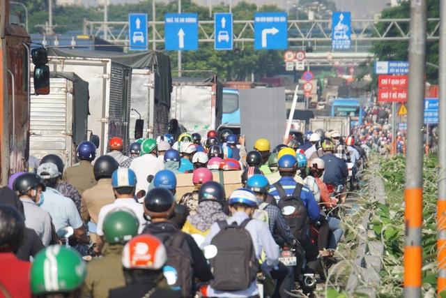 3 xe dồn toa trên quốc lộ, cửa ngõ Sài Gòn ùn tắc hơn 5km - 4