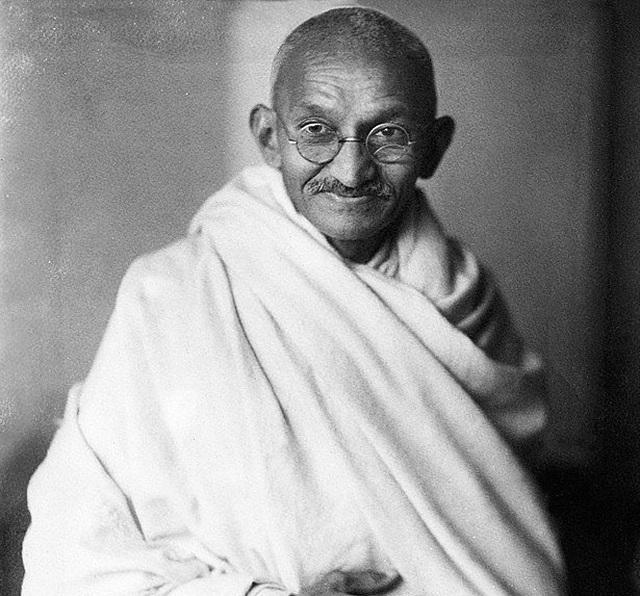 Đấu giá cặp kính mạ vàng của lãnh tụ Ấn Độ Mahatma Gandhi: Chốt 340.000 USD - 2