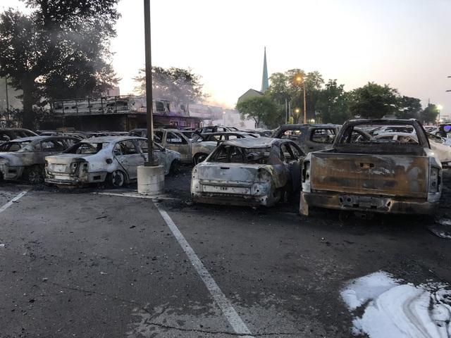 Mỹ: Hơn 100 xe ô tô bị lửa thiêu rụi do người biểu tình đốt phá - 2