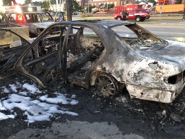Mỹ: Hơn 100 xe ô tô bị lửa thiêu rụi do người biểu tình đốt phá - 3