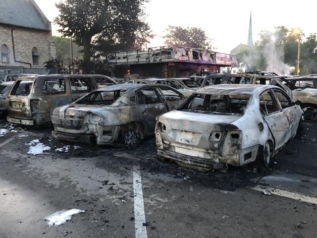 Mỹ: Hơn 100 xe ô tô bị lửa thiêu rụi do người biểu tình đốt phá - 4