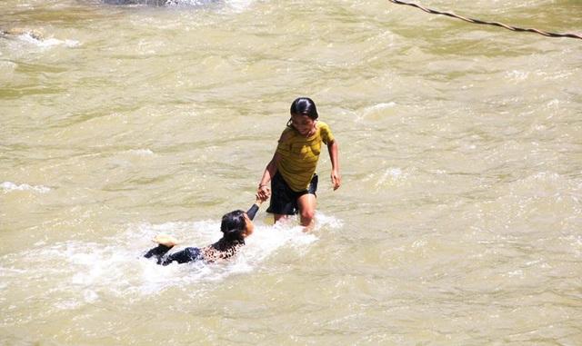 Tính mạng hàng chục em học sinh Huồi Thum bị rình rập mỗi khi mùa mưa đến - 8