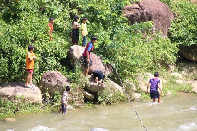 Tính mạng hàng chục em học sinh Huồi Thum bị rình rập mỗi khi mùa mưa đến - 14