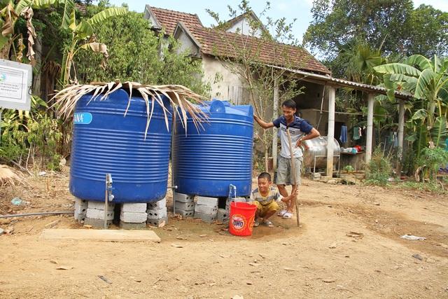 Lập điểm cấp nước sạch miễn phí cho người dân vùng hạn hán, xâm nhập mặn - 1