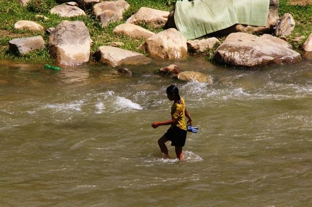Tính mạng hàng chục em học sinh Huồi Thum bị rình rập mỗi khi mùa mưa đến - 10