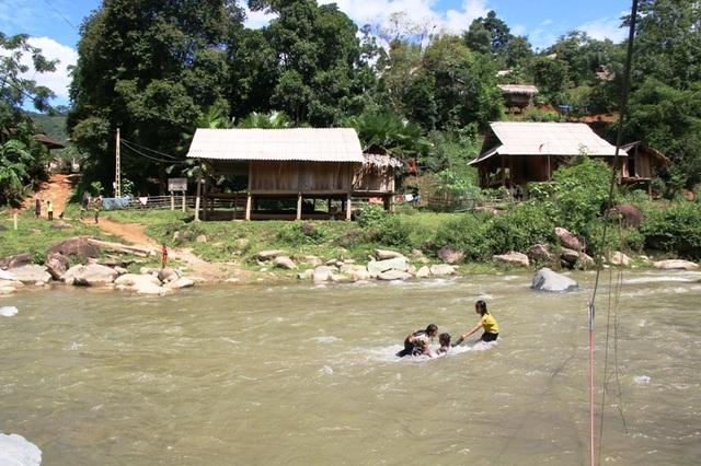 Tính mạng hàng chục em học sinh Huồi Thum bị rình rập mỗi khi mùa mưa đến - 11