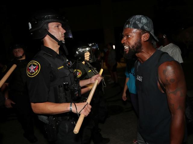 Mỹ rúng động vụ người da màu bị cảnh sát bắn trước mặt 3 con - 3