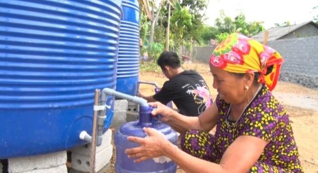 Lập điểm cấp nước sạch miễn phí cho người dân vùng hạn hán, xâm nhập mặn - 2