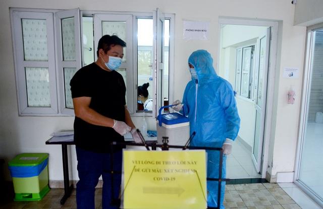 Chuyên gia nước ngoài dương tính với Covid-19: Nhiều người có nguy cơ nhiễm - 1