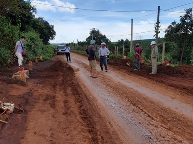 Gia Lai: Người dân khốn đốn vì đường giao thông bị đất lấp dày cả gang tay - 2