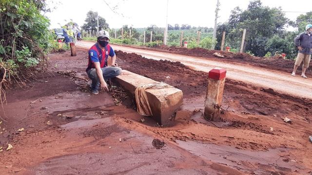 Gia Lai: Người dân khốn đốn vì đường giao thông bị đất lấp dày cả gang tay - 1