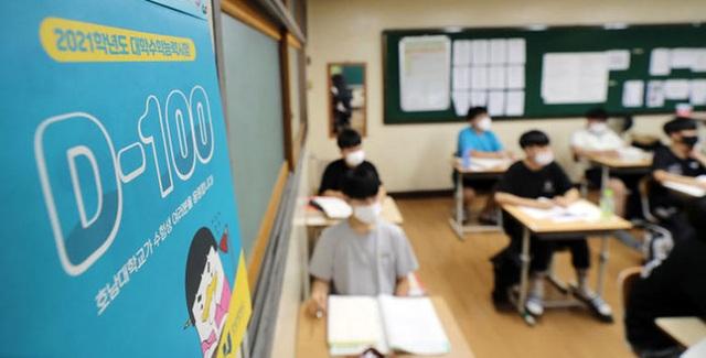 Hàn Quốc: Dịch bệnh tái bùng phát, học sinh cuối cấp lo lắng việc thi ĐH - 1