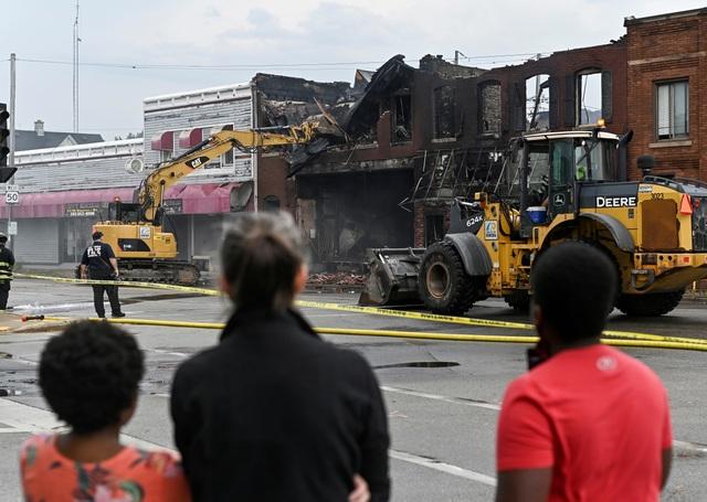 Bạo lực bùng phát sau vụ cảnh sát Mỹ bắn người da màu liệt nửa thân - 2