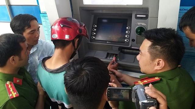 Mánh khóe rút sạch tiền bằng thẻ ATM giả của nhóm người Trung Quốc - 1