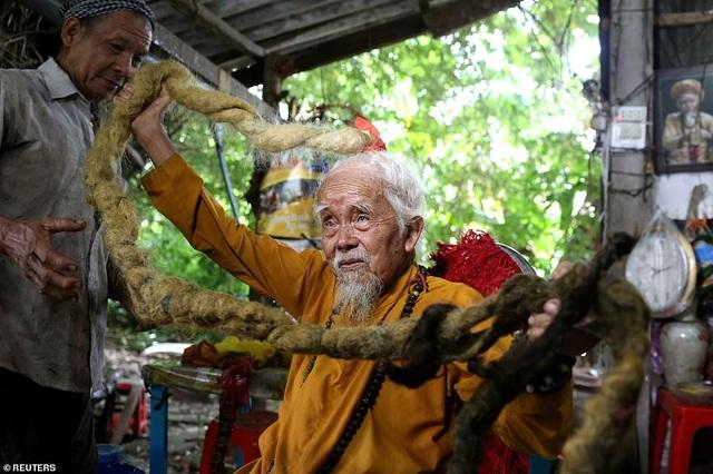 Báo Anh viết về cụ ông 92 tuổi người Việt không cắt tóc suốt 80 năm qua - 1