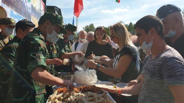 Bếp dã chiến thu hút khách ăn tại Army Games - 1