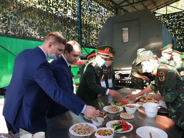 Bếp dã chiến thu hút khách ăn tại Army Games - 3