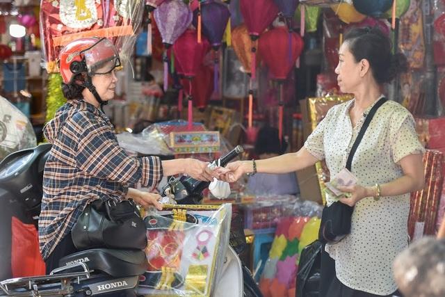 """Người Hà Nội đi chợ """"âm phủ"""" sắm hàng hiệu cho người cõi âm - 3"""