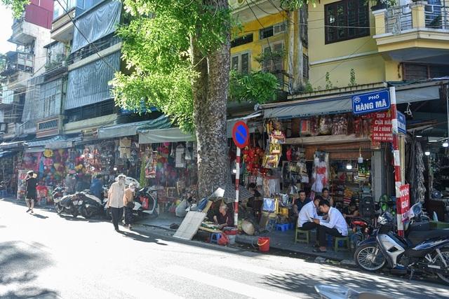 """Người Hà Nội đi chợ """"âm phủ"""" sắm hàng hiệu cho người cõi âm - 1"""