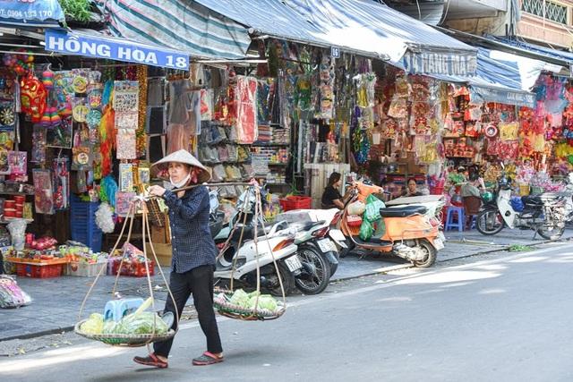 """Người Hà Nội đi chợ """"âm phủ"""" sắm hàng hiệu cho người cõi âm - 2"""