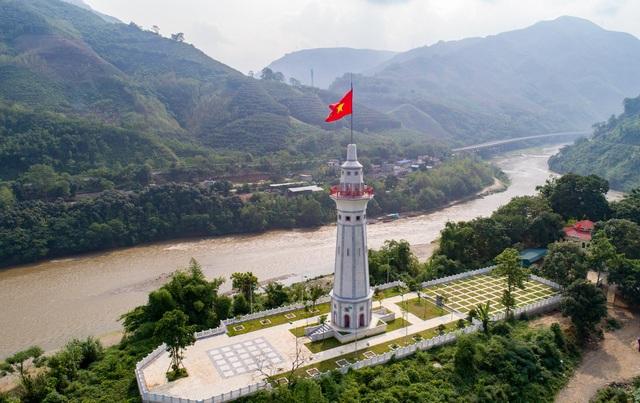 Cột cờ Lũng Pô: Nơi con sông Hồng chảy vào Đất Việt - 1