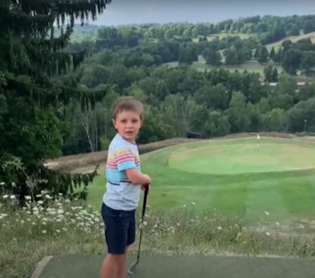 Bé 4 tuổi đánh golf tiến sát lỗ chỉ với một lần phát bóng - 1