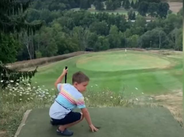 Bé 4 tuổi đánh golf tiến sát lỗ chỉ với một lần phát bóng - 2