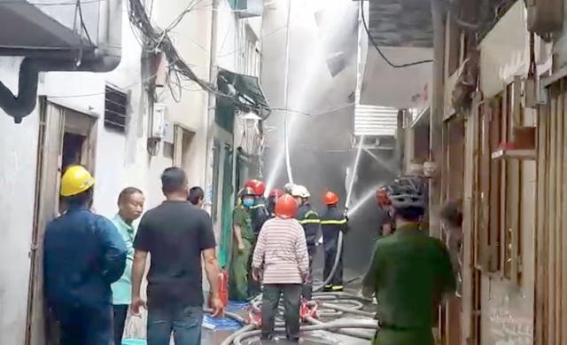 Cháy lớn tại căn nhà trong hẻm ở trung tâm Sài Gòn - 1