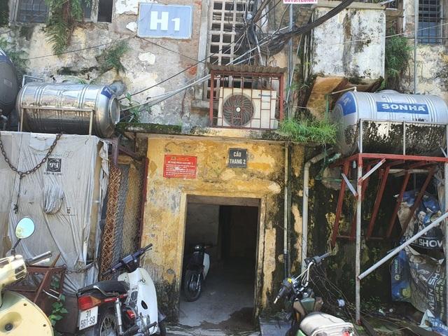 Hà Nội: Bất lực trước những khu chung cư cũ chờ sập - 4
