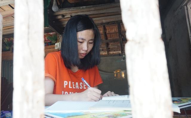 Cám cảnh nữ sinh mồ côi đến trường bằng nạng gỗ đạt 28,5 điểm khối A - 3