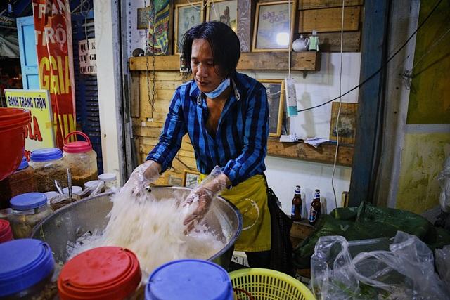 Chàng nghệ sĩ bán bánh tráng trộn thu nhập 20 triệu đồng/tháng - 1