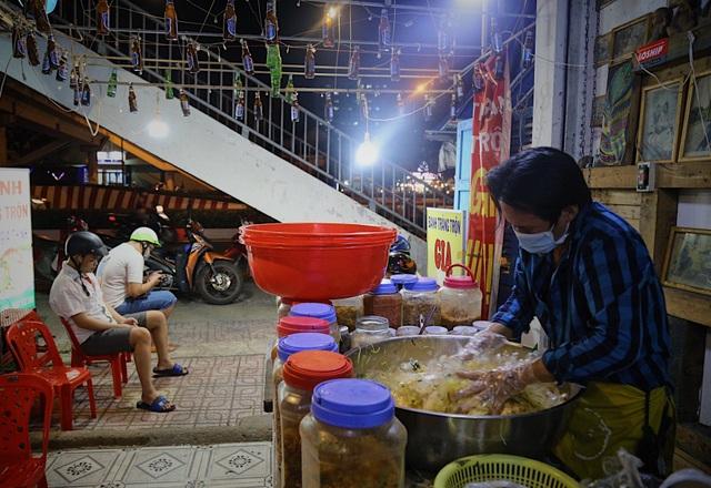 Chàng nghệ sĩ bán bánh tráng trộn thu nhập 20 triệu đồng/tháng - 11