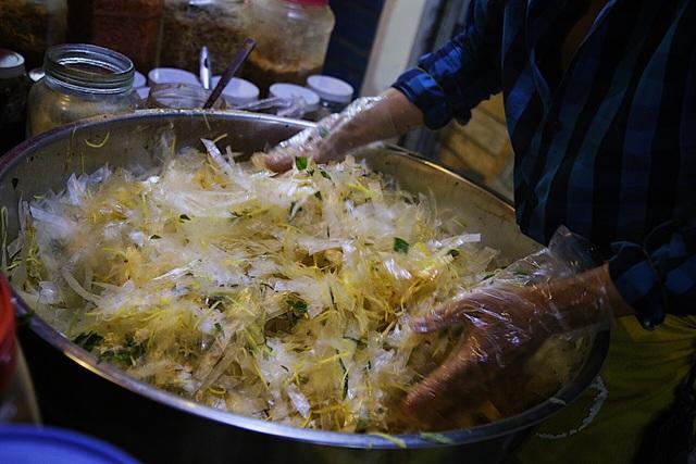Chàng nghệ sĩ bán bánh tráng trộn thu nhập 20 triệu đồng/tháng - 12