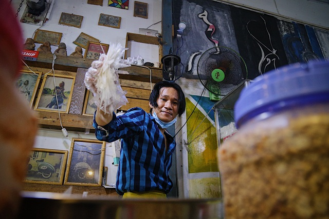 Chàng nghệ sĩ bán bánh tráng trộn thu nhập 20 triệu đồng/tháng - 2