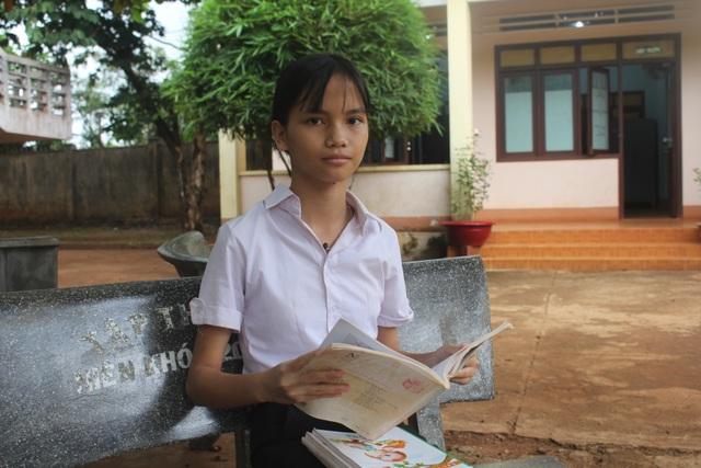 Xót xa hoàn cảnh cô học trò  hiếu học chỉ dám đứng từ xa nhìn mẹ rồi khóc - 1