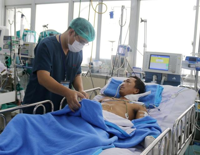 Bệnh nhân ôm rắn hổ chúa đi cấp cứu sắp được ghép da - 1