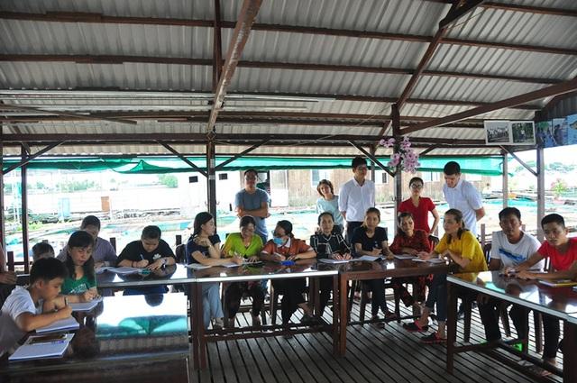 Nhiều học sinh U60 hăng say tham gia học tiếng Anh miễn phí trên sông Hậu  - 1