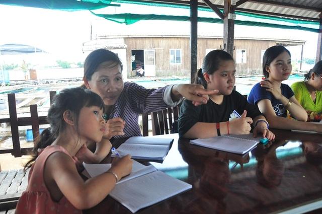 Nhiều học sinh U60 hăng say tham gia học tiếng Anh miễn phí trên sông Hậu  - 5