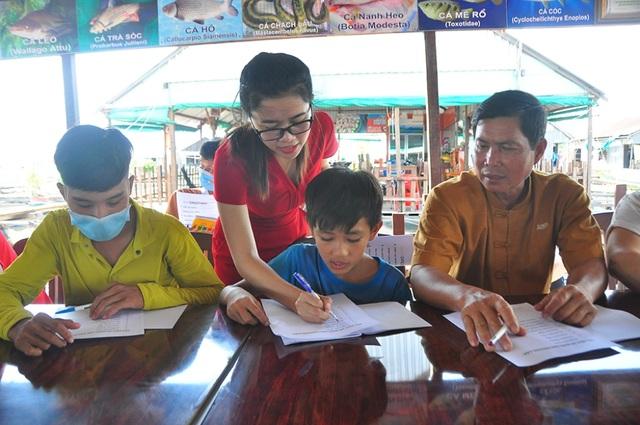 Nhiều học sinh U60 hăng say tham gia học tiếng Anh miễn phí trên sông Hậu  - 7