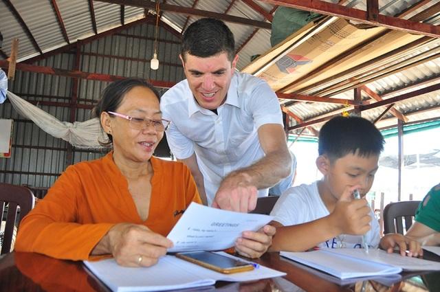 Nhiều học sinh U60 hăng say tham gia học tiếng Anh miễn phí trên sông Hậu  - 3