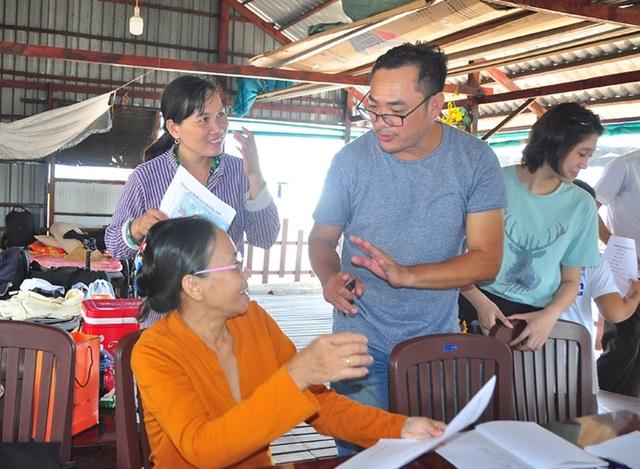 Nhiều học sinh U60 hăng say tham gia học tiếng Anh miễn phí trên sông Hậu  - 2