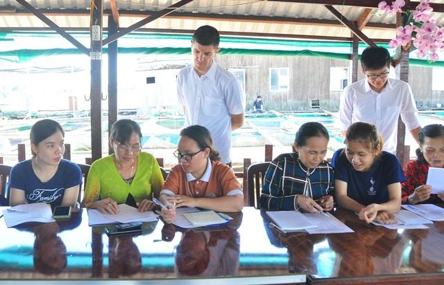 Nhiều học sinh U60 hăng say tham gia học tiếng Anh miễn phí trên sông Hậu  - 8