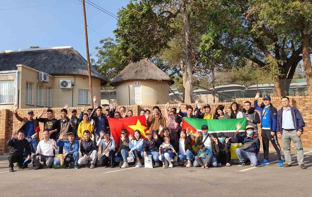 Người Việt tại châu Phi vui mừng tham gia chuyến bay hồi hương - 1